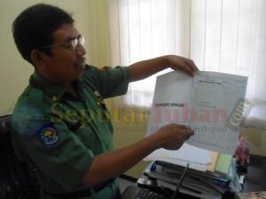 ATURAN BARU : Kabid TK/SD Disdikpora Kab. Tuban, Sutrisno menunjukkan petunjuk pelaksanaan umum LJK UN