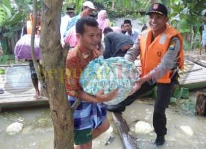 MELAMAR : Dibantu Polisi menurunkan barang bawaan calon mempelai putri