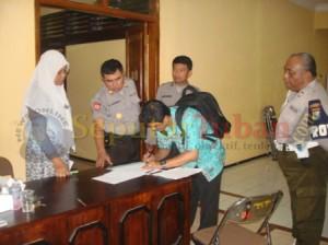 DISIMPAN : Kepolisian, Disdikpora dan Pengawas UN menandatangai berita acara penyimpanan naskah