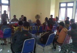 DIPIDANAKAN : Para PKL saat mendatangi Kantor Sat Pol PP Tuban untuk menandatangi penyidikan