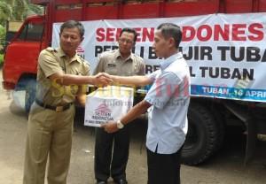 Perwakilan PT SI menyerahkan bantuan kepada Camat Rengel, disaksikan Ketua BPBD Tuban