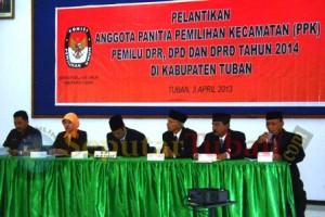 DILANTIK LAGI : Para anggota KPU Tuban saat proses pelantikan PPK Pileg 2014