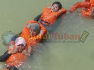 EVAKUASI : Siswa dilatih proses penyelamatan korban banjir