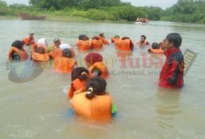 LATIHAN SAR : Siswa dilatih menunggu bantuan datang dengan posisi di air