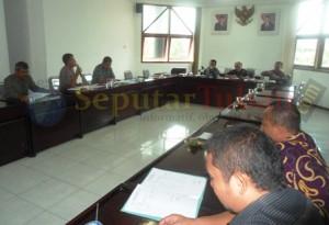 BINGUNG : Raker di Komisi A DPRD Tuban yang membahas pelaksanaan Pilkades di Kabupaten Tuban. Dengan melibatkan Bapemmas dan KB serta Polres Tuban