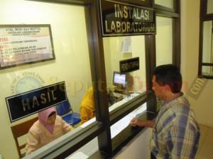 SEHAT : Bacaleg Imron Cudlori saat mendaftar pemeriksaan urine di RSUD dr. R Koesma Tuban