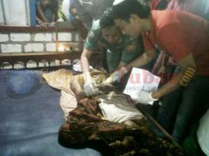 TERSERET BANJIR : Korban saat diperiksa tim medis