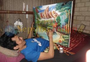 TELATEN : Berharap dengan melukis, dapat meringankan bebas hidupnya