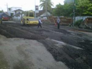 RUSAK PARAH : Kondisi jalan yang rusak mengakibatka kemacetan