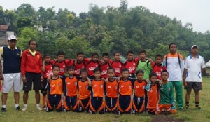 UJI COBA : Skuad SSB Rajawali Rengel saat akan bertanding dengan SSB asal Kab. Bojonegoro