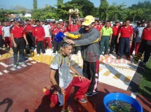 KEJUTAN : Komandan Kompi Senapan C 521 Tuban sedang disiram air kembang oleh Kapolres Tuban