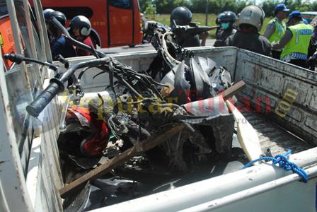 RUSAK PARAH : Sepeda motor ringsek akibat tabrakan