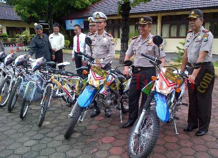 Kapolres Tuban didampingi Wakapolres Tuban saat melakukan penyerahan kendaraan operasional URC kepada Kasat Lantas di Mapolres Tuban