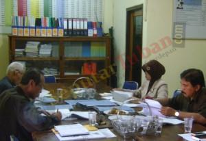 SERIUS : Komisioner KPU Tuban saat rapat verifikasi Bacaleg