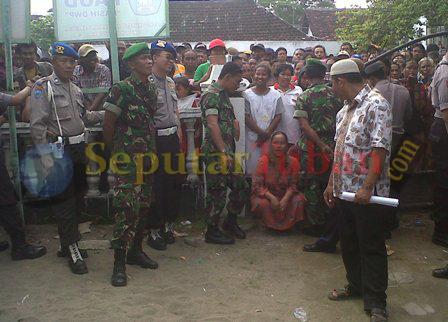 PROTES : Warga saat berunjuk rasa di Kantor Desa Sukorejo, Kec. Parengan terkait proses Pilkades