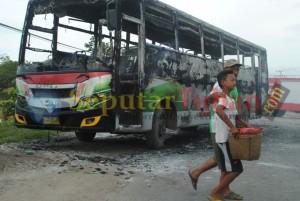 Bus dibakar pantura1