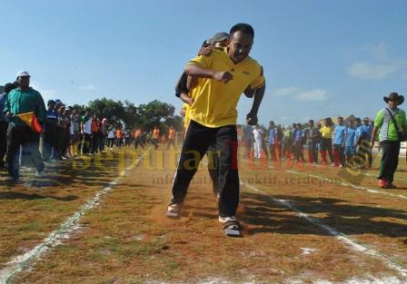 MENEGANGKAN : Para guru saat bertanding lomba gapyak