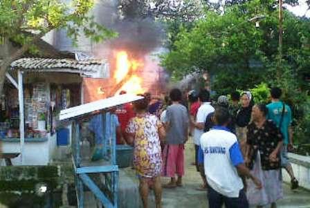 PANIK : Api saat melalap dapur korban