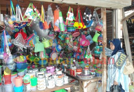 STABIL : Penjual peralatan dapur di Pasar Baru Tuban