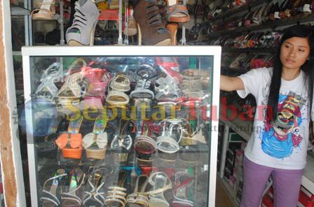 Penjual sandal Louis Carnies