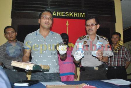 Kasat Reskrim Polres Tuban dan Kasubbag Humas Polres Tuban menunjukkan barang bukti dan tersangka pemerasan