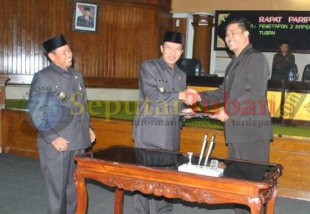 SEPAKAT : Bupati dan Ketua DPRD Tuban bersalaman usai penandatanganan pemhesaham 2 Raperda inisiatif DPRD Tunan