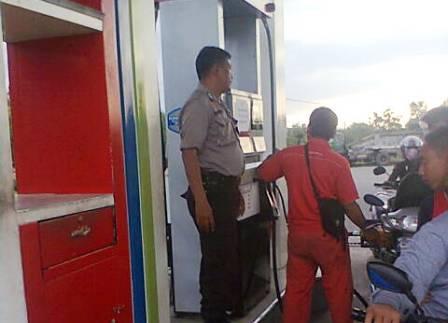 SIAGA : Anggota Polsek Parengan berjaga di SPBU