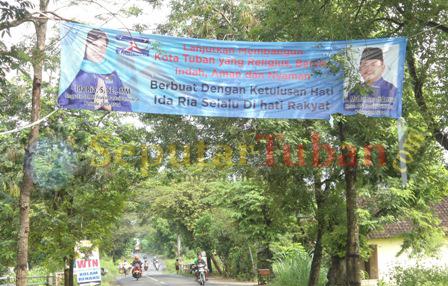 MELANGGAR : Salah satu spanduk yang melanggar Perda. Melintang diatas jalan raya kawasan Kecamatan Singgahan