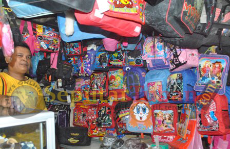 LARIS : Penjual tas sekolah dikawasan Pasar Baru Tuban