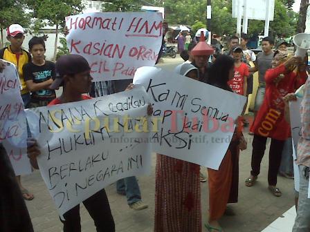 PROTES : Warga saat berunjuk rasa di Mapolsek Bangilan