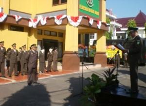 ADHYAKSA : Kajari Tuban, Yuswadi memimpin upacara di halaman Kantor Kejari Tuban