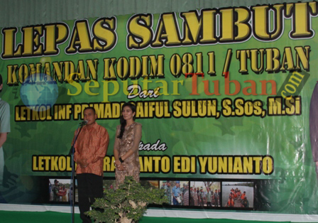 Letkol Inf Primadi Saiful Sulun didampingi istri saat menyampaikan sambutan