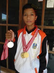 Andharu Daffa Aji menunjukkan medali yang diraihnya