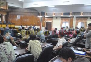 PROTES : Warga Desa Rengel. Kecamatan Rengel, Kabupaten Tuban saat hearing dengan Komisi A DPRD Tuban