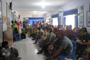 MEMBELUDAK : Pemohon SIM saat antri diruang pelayanan Sat Lantas Polres Tuban
