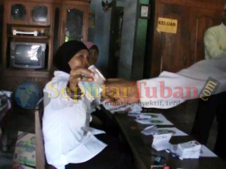 KAGET : Petugas KPPS di TPS 3 Desa Sukorejo, Kecamatan Parengan saat menemukan surat suara yang bergambar Camat Parengan, Didik Purwanto