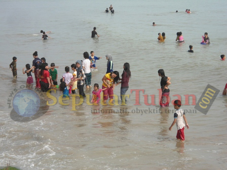 tradisi mandi bersama di pantai