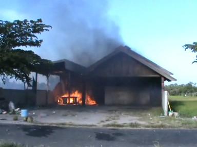 DIAMUK : Massa yang mengamuk membakar warung karaoke