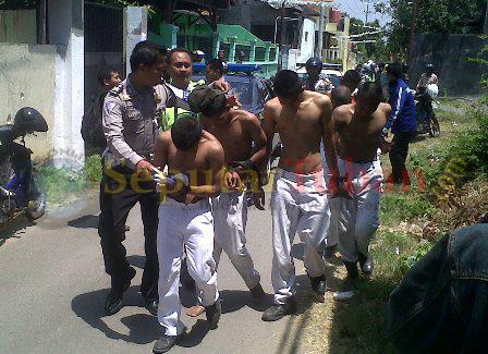 DITANGKAP : Sejumlah pelajar dari SMK Pelayaran Muhammadiyah Tuban saat diamankan Polisi usai tawuran