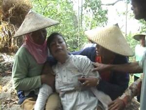 HISTERIS : Keluarga sang kakek menangis saat mengetahui kondisi anggota keluarganya meninggal dunia dalam sumur
