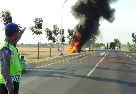 MACET : Kebakaran hebat truk Pertamina membahayakan pengguna jalan yang melintas