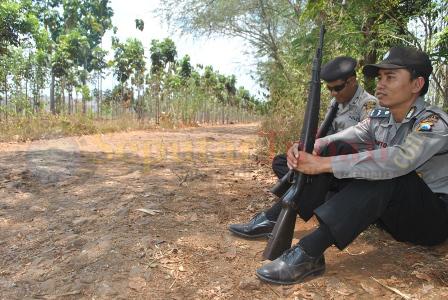 SIAGA : Polisi siaga dikawasan hutan