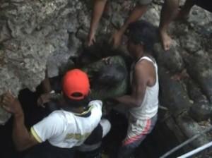 NAHAS :Jasad korban saat dievakuasi dari lokasi kejadian