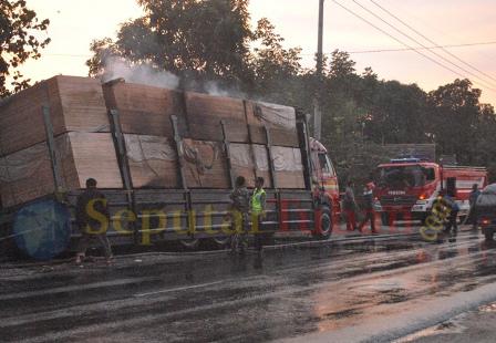 trailer nyaris terbakar