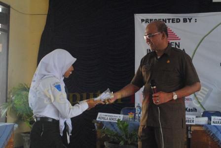 KEJUTAN : Kepala Kejaksaan Negeri Tuban, Yuswadi saat memberikan hadiah kepada siswa yang dapat menjawab pertanyaanya