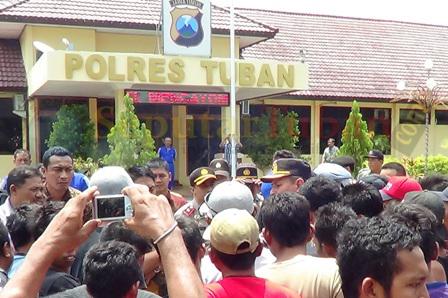 Warga Palang saat di Mapolres Tuban