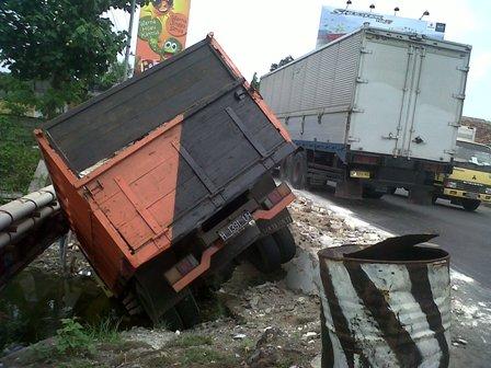Kondisi bangkai truk yang terjun ke sungai