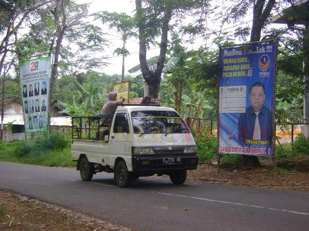 Alat Peraga Kampanye (APK) peserta Pemilu 2014