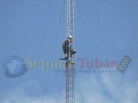 Panjat Tower Tuntut Dipekerjakan