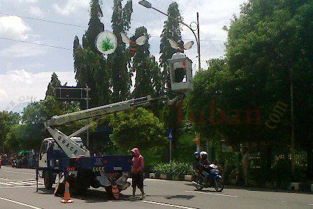 Pemasangan lampu hias Tuban